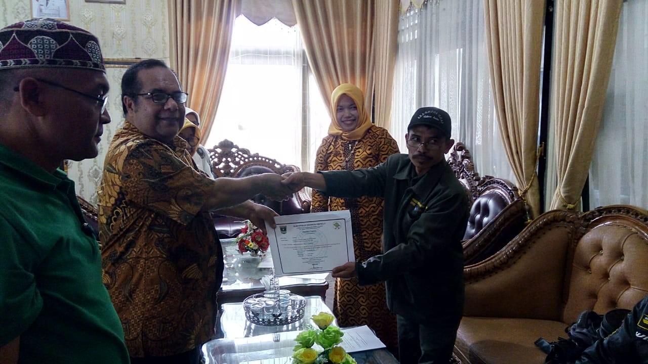 Penyerahan Sertifikat Produk dan Lahan Prima 3 dari UPTDBPMKP Dinas Pangan Propinsi Sumatera Barat k